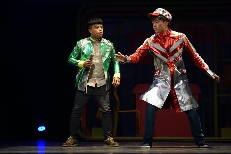 ▲黃豪平(右)演出舞台劇。(圖