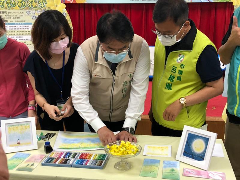 台南市長黃偉哲仔細為粉彩畫上色
