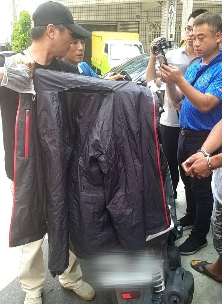 ▲警方在4小時內立即查緝到曾嫌,並在機車箱內取出作案穿著黑色外套。(圖/記者蘇榮泉攝,2020.05.26)
