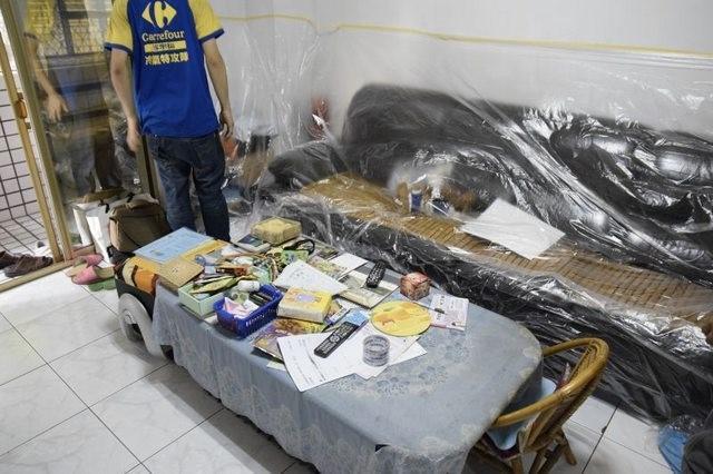 ▲冷氣特攻隊人員在安裝時,會先將家具都用塑膠布罩起來。(圖/翻攝PTT)
