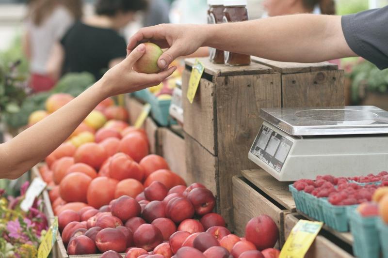心疼阿婆賣水果!女霸氣狂掃4包 「真相」全場臉綠了
