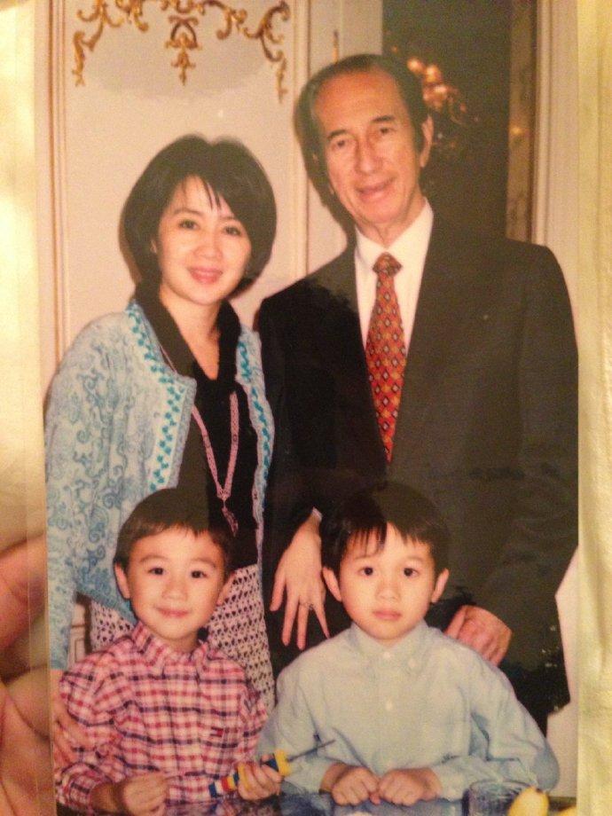 ▲何猷君貼出幼年時爸爸何鴻燊的合照。(圖/翻攝何猷君微博)
