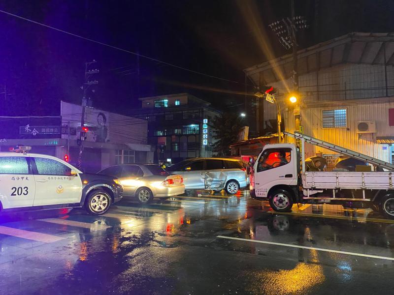 警朝拒檢車輛開槍仍兔脫 棄車遁進大圳逃逸