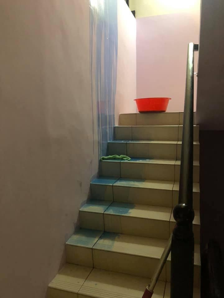 ▲洗衣精外洩造成一道藍色瀑布。(圖/翻攝自好市多商品經驗老實說)