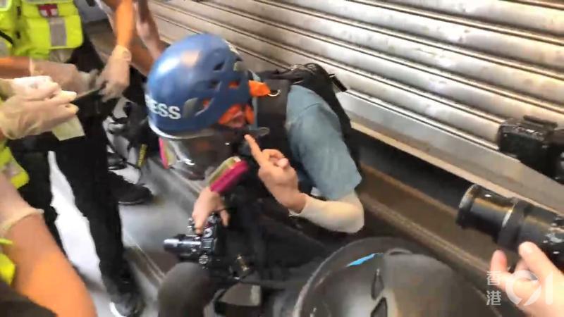 ▲記者遭胡椒球擊中。(圖/翻攝自《香港