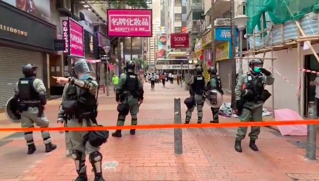 ▲港警在香港街區拉起多條封封鎖線。(圖/翻攝自直播影片)