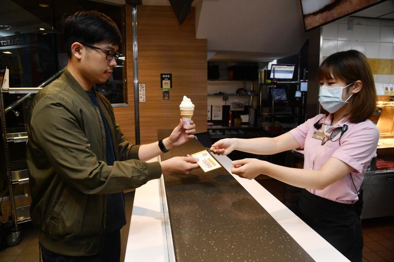 ▲於5/28~5/31於麥當勞門市消費即可獲得一本現金抵用券,內有麥當勞、屈臣氏、amba意舍酒店的消費優惠,就算是只買一支蛋捲冰淇淋也能獲得。(圖/記者林柏年攝)