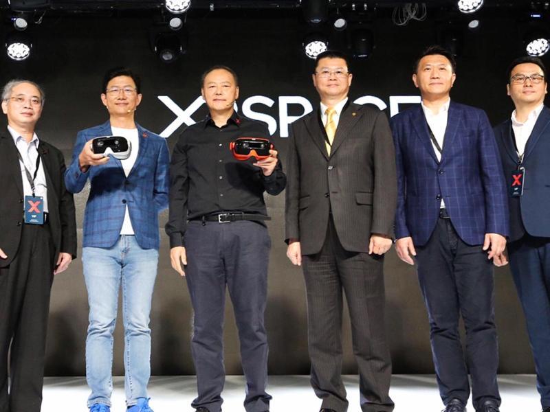 永慶房產集團業務總經理葉凌棋(右3)參加XRSPACE全球發表會,宣布與周永明(左3)合作開發5G XR沉浸式遠距線上看屋服務。