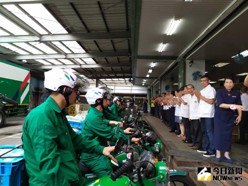▲綠衣天使們在列隊掌聲中帥氣登場,與會人員以熱烈掌聲,感謝他們的辛勤付出。(圖/記者葉靜美攝,2020.05.27)