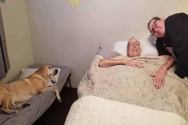 ▲當丹尼爾在家裡靜養時,狗狗加納寸步不離地守在最愛的把拔身邊(圖/FB@Heather