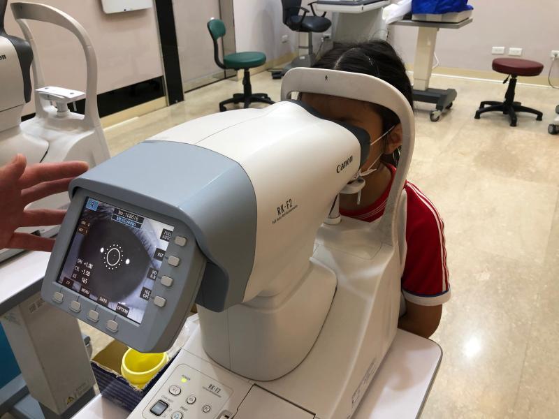 ▲醫師建議,孩子在3到4歲左右、會比視力後,帶孩子至醫院或診所的眼科做詳細檢查。(圖/奇美醫學中心提供)