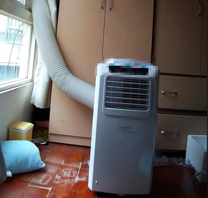 ▲近年來不少人在外租屋,通常坪數都不大,也因此很多人考慮添購移動式冷氣。(圖/翻攝爆廢公社)