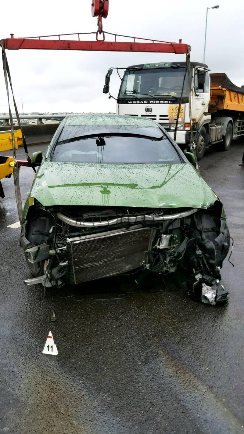 ▲事故現場大小車撞成一團,轎車更被撞得車頭全毀。(圖/記者陳雅芳翻攝,2020.05.27)
