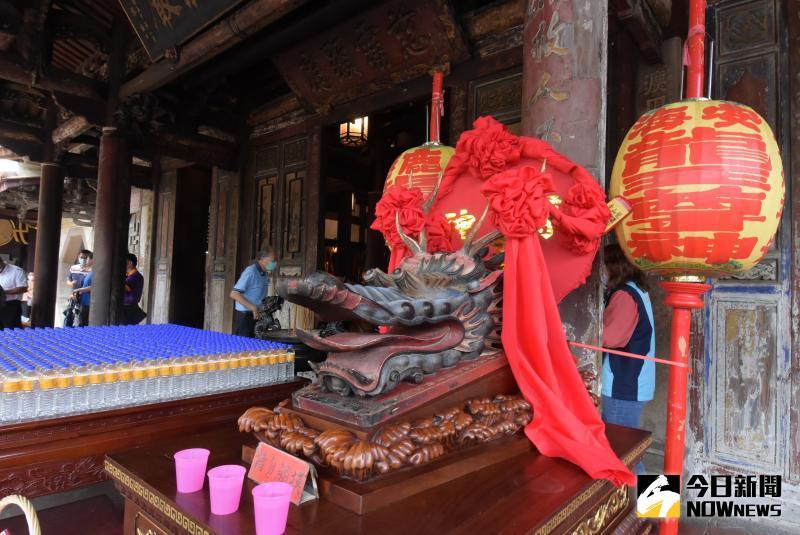 ▲鹿港龍山寺的龍王尊神是民國五十五年由鹿港雕刻匠師郭天來重新雕塑,此龍王尊神有別於一般的造型。(圖/記者陳雅芳攝,2020.05.27)