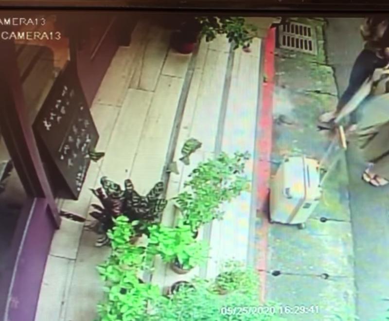 ▲卡卡兒和友人走出店外,把飲料摔在店家門前。(圖/翻攝當事店家臉書)