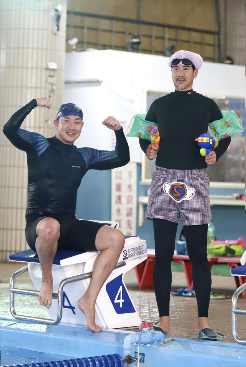 ▲江俊翰(左)演出殘疾人士下水游泳。(圖