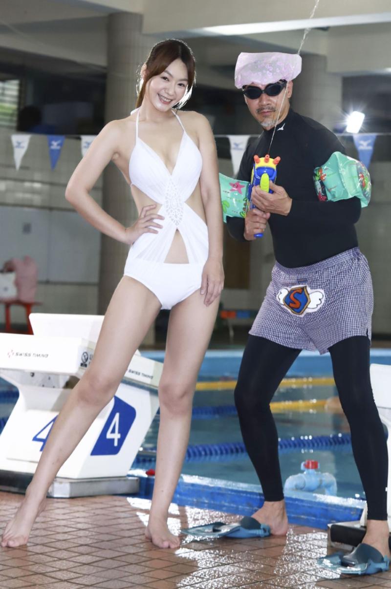 ▲李又汝(左)身穿性感泳裝上陣。(圖