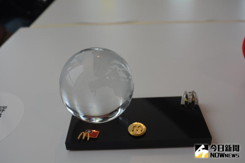 ▲麥當勞集團第一屆全球志工獎第一名獎牌。(圖/記者郭政隆攝影2020.5.28)
