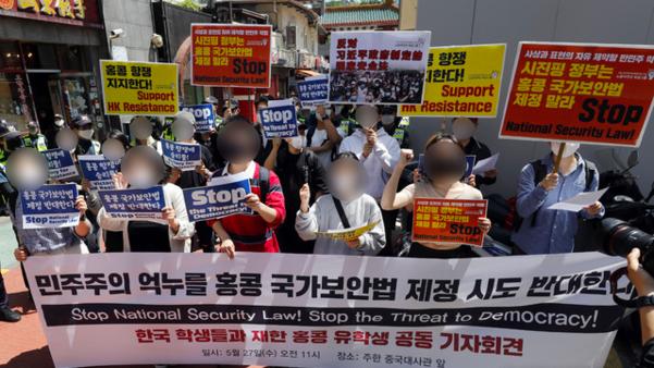 ▲韓國大學生 5 月 27 日聚集在中國駐首爾大使館前,表示反對「港版國安法」。(圖/翻攝自朝鮮日報 Chosun News )