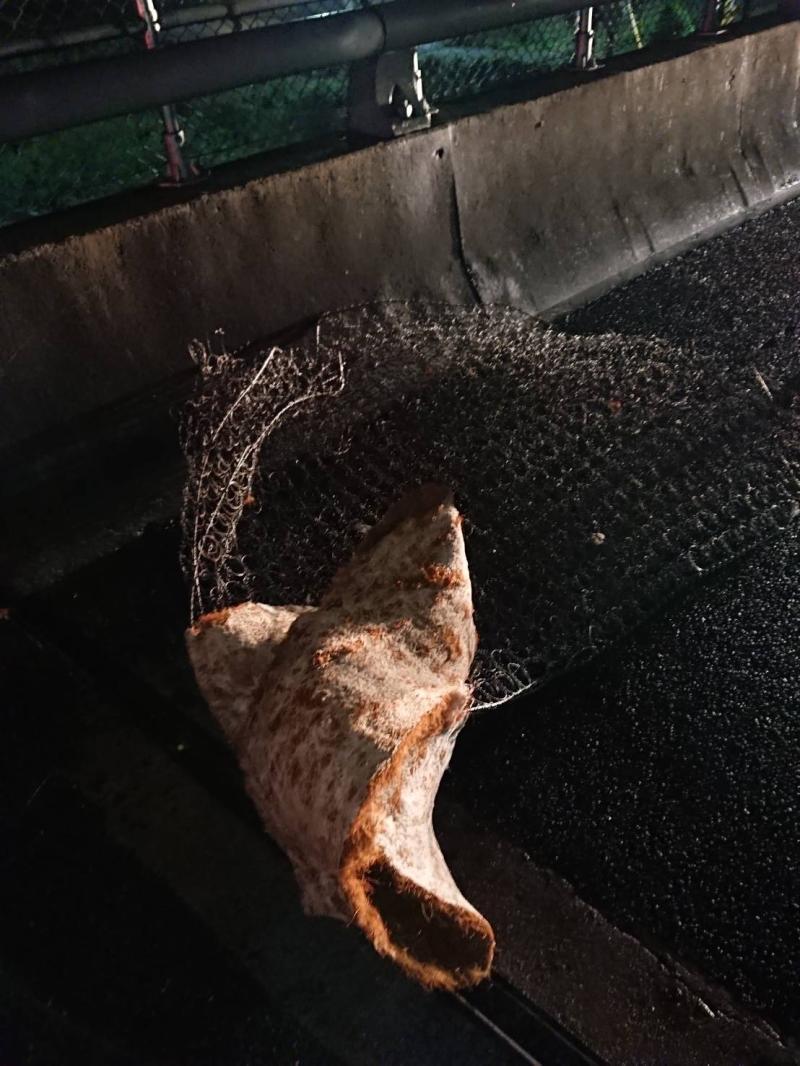 ▲李姓駕駛指出,當發現前方路面有一塊彈簧床,由於反應時間不到2秒,不料整輛車因猛烈衝擊力道而彈飛起來。(圖/記者陳雅芳攝,2020.05.28)