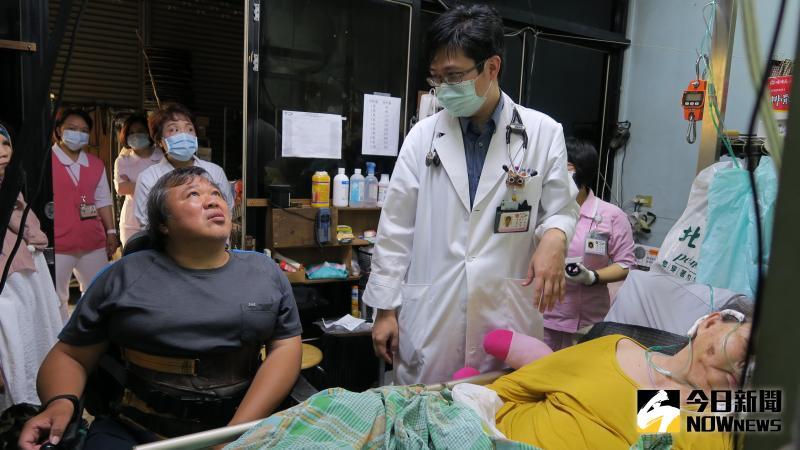 ▲彰化醫院居家護理師到蔡家進行重度居家醫療。(圖/記者陳雅芳攝,2020.05.28)