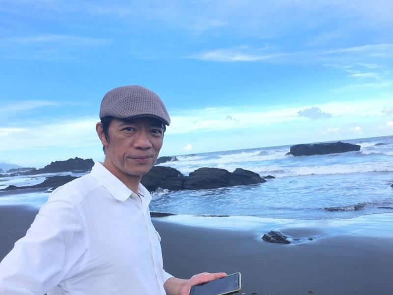▲久保寺淳子在臉書發文哀悼,貼出吳朋奉在海邊的照片。(圖/翻攝自臉書)