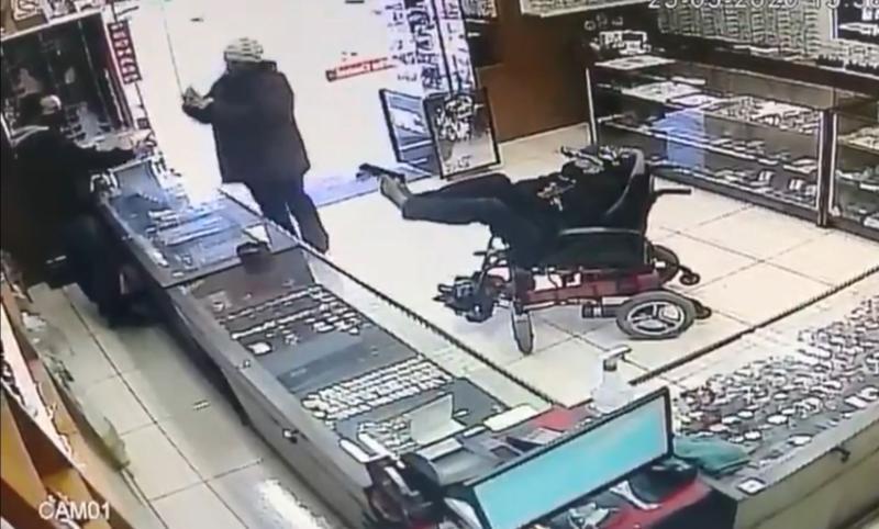 ▲巴西發生一起令人難以置信的搶案,一位癱瘓的聾啞男,竟坐著輪椅試圖用腳夾槍搶銀樓。(圖/翻攝自 Jornal NH )