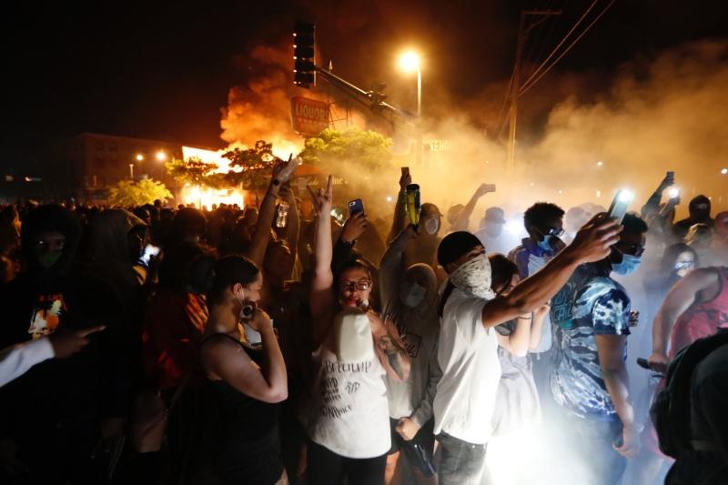 ▲美國非裔男子疑遭員警濫殺的風暴越演越烈,還在多地引發激烈示威潮。(圖/美聯社/達志影像)