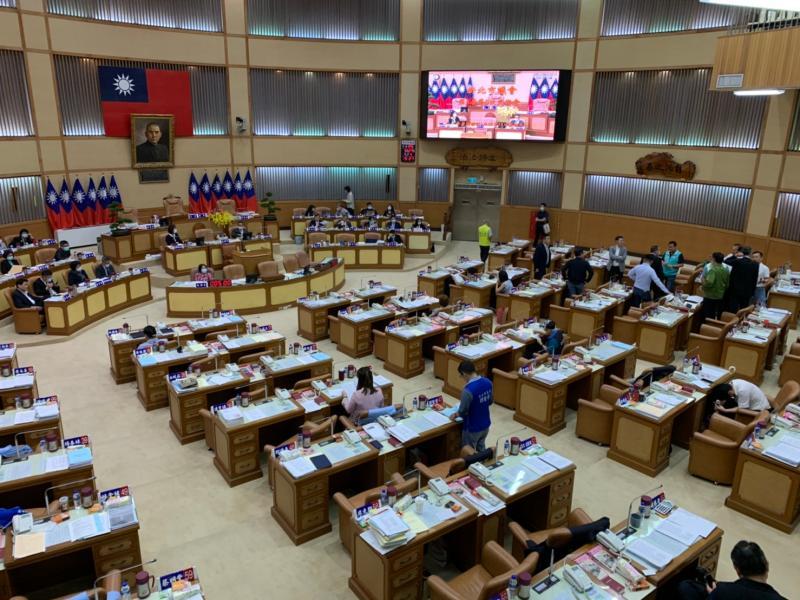 藍營新北議員刻意遲到議會「護航侯友宜」 綠營黨團抨擊