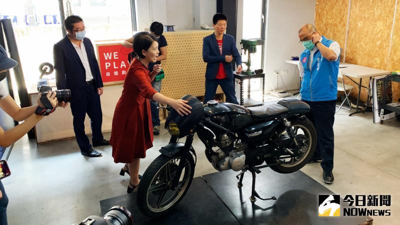 ▲高市副市長葉匡時體驗產品樂趣。(圖/記者郭俊暉攝,2020.05.29)