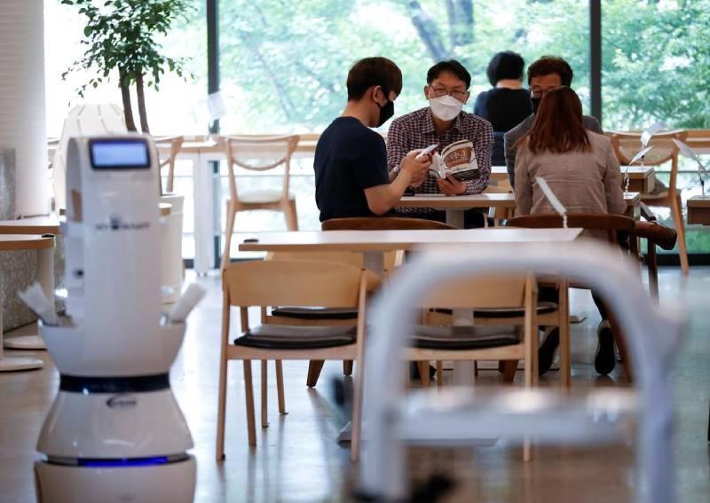 未來服務生都將被機器人取代?南韓咖啡廳啟用機器服務生