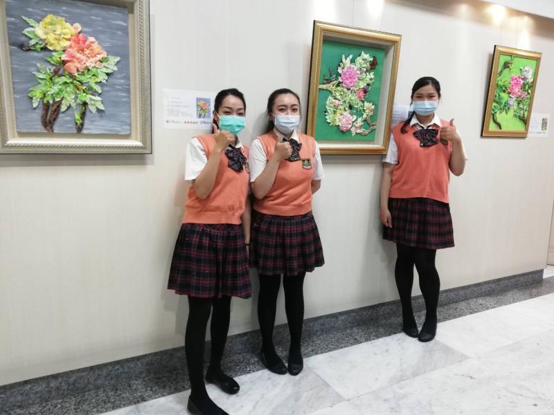 ▲陳靜儀(左)、呂若僑(中)、蔡舒晴(右)的牡丹藝術擺脫俗豔,清新高雅。(圖/記者邱嘉琪攝,2020.05.29)