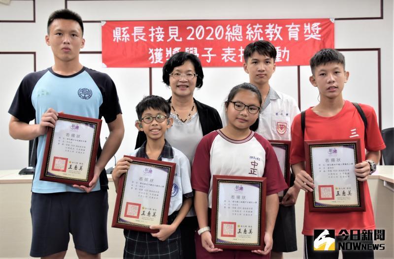 ▲彰化縣長王惠美表揚,讚揚他們雖各有自己的故事,這些孩子正處於人生的重要時期,如此奮發向上的精神值得鼓勵。(圖/記者陳雅芳攝,2020.05.29)