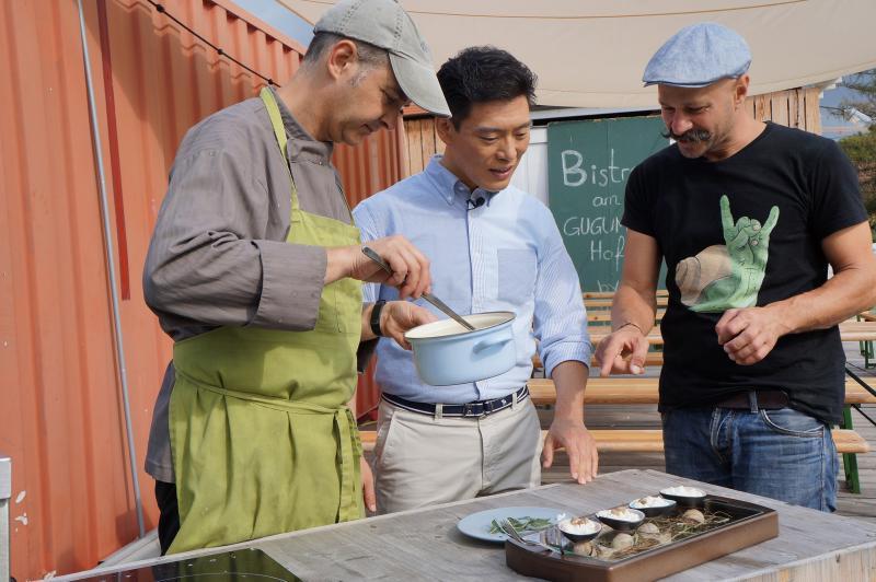 ▲王凱傑烹煮蝸牛美食。(圖/亞洲旅遊台)