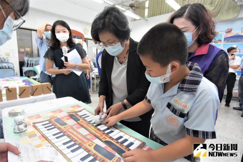 ▲縣長王惠美在學生的帶領下,使用機器人英語應答、操作智慧機器人完成任務。(圖/記者陳雅芳攝,2020.05.29)