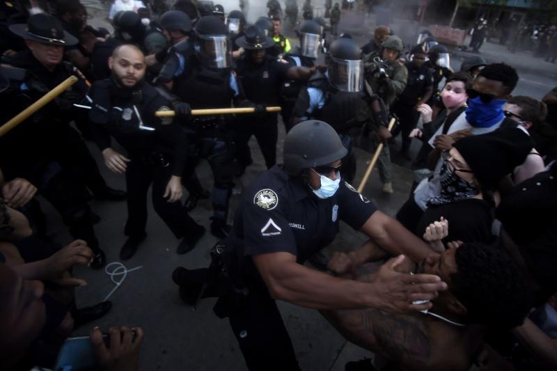 ▲示威者與警方於喬治亞州亞特蘭大市的《