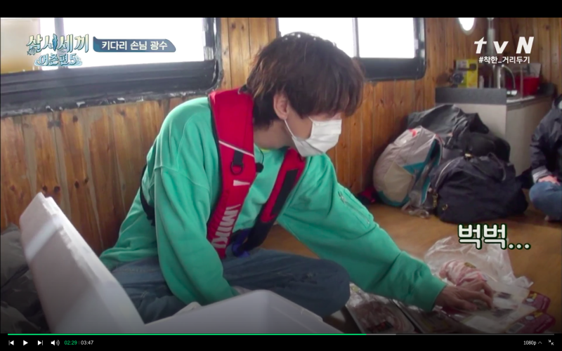 ▲李光洙買錯雞肉,想偷偷撕掉標籤掩蓋事實。(圖/tvN)