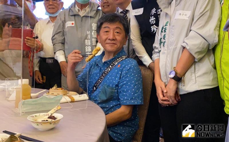 阿中部長對台南特色小吃美食讚不絕口。