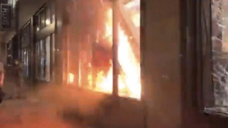 ▲銀行遭到示威民眾放火。(圖/翻攝自