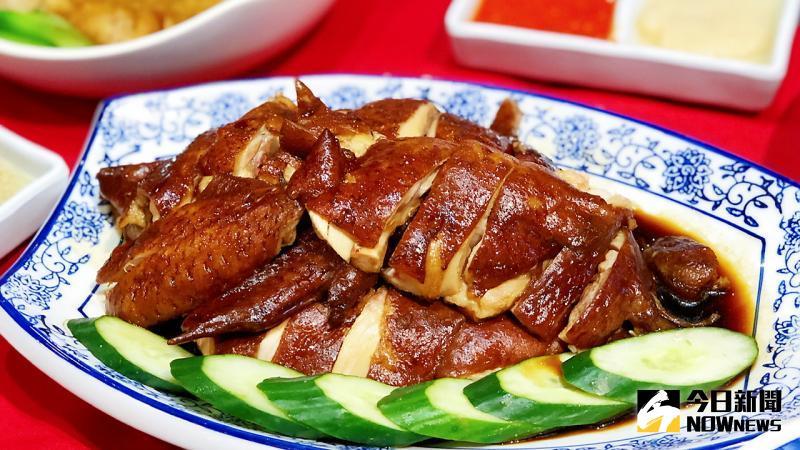 ▲ 「海記醬油雞」用煮油雞的高湯,加上兩種老抽、糖、鹽、八角等做成滷汁,將肉雞整隻「滷」至入味。(圖/記者陳美嘉攝)
