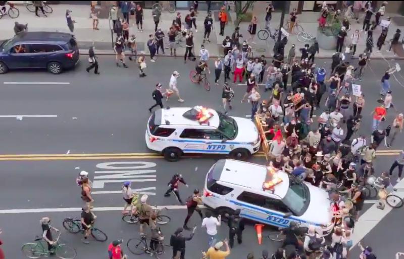 ▲紐約警車衝撞人群。(圖/翻攝自推特)