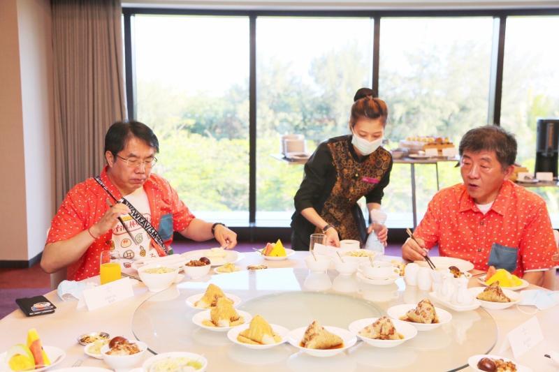 ▲台南市長黃偉哲安排台南傳統早餐款待衛福部長陳時中。(圖/台南市政府提供)