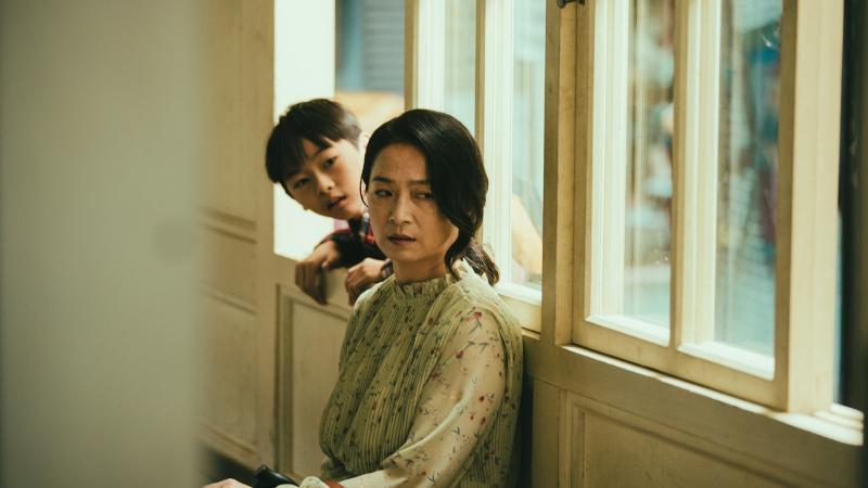 ▲謝瓊煖(右)在兒子小時候沒有好好照顧他。(圖