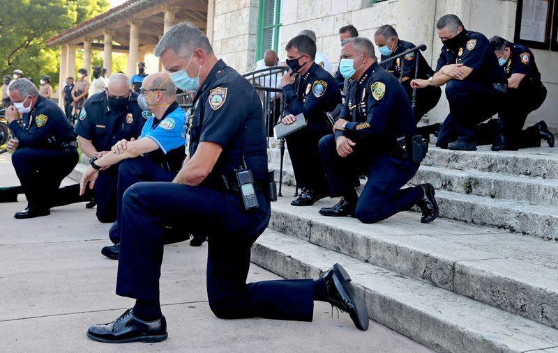 ▲美警支持示威者抗議?下跪畫面曝光,萬人瘋傳。(圖/翻攝自 Julie Fair Bauman 臉書)