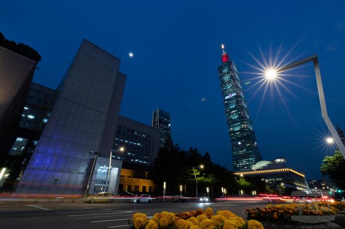 ▲ 臺北101大樓4日在北面外牆點燈,為國軍加油、為臺灣祈福。(軍聞社記者周力行攝)