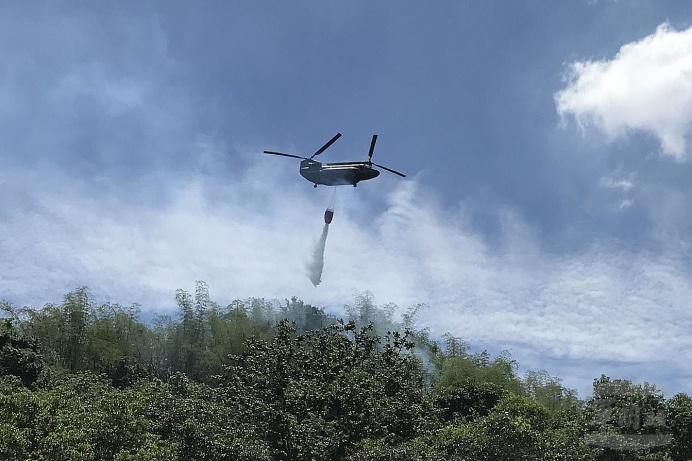 陸航支援高雄美濃森林火災空中滅火 圓滿達成任務