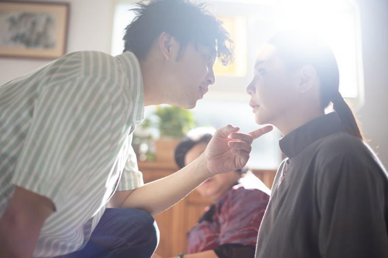 ▲小甜甜(右)劇中暗戀張書偉不成,卻被迫談人鬼戀。(圖