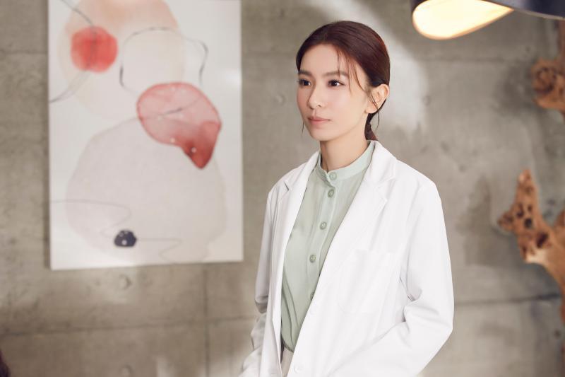 ▲田馥甄在〈懸日〉MV中,扮演婦產科醫生。(圖/何樂音樂提供)