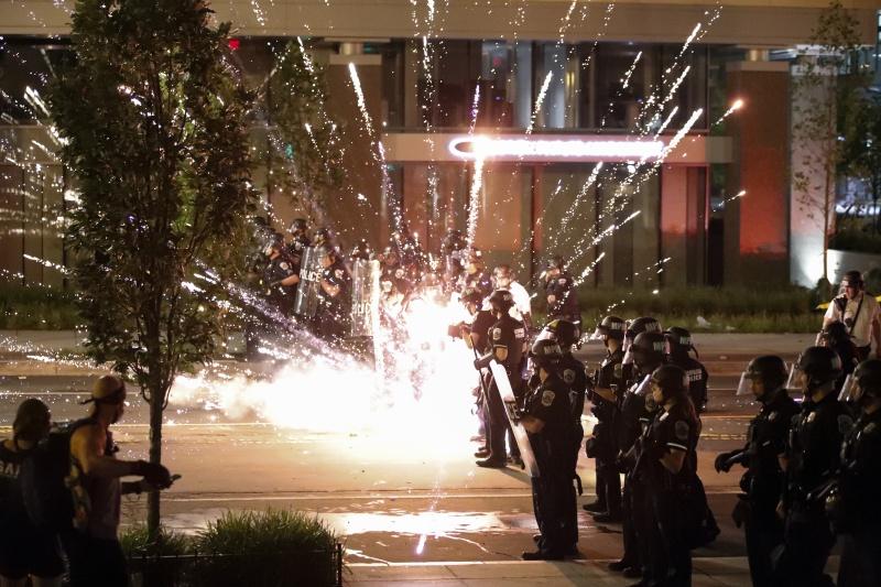 非裔男之死D.C.陷暴動!示威者白宮外叫囂 警射催淚彈
