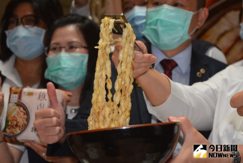 ▲Q彈好風味的雞肉飯風味拌麵。(圖/記者郭政隆攝影2020.6.1)